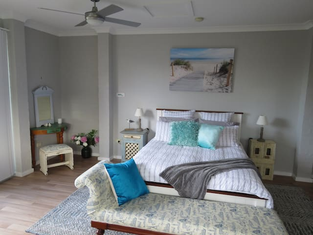 Stylish Wamberal couples, weekend beach retreat.