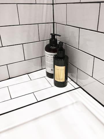 Se proporciona Gel de baño y champú. ______ Bath gel and shampoo are provided.