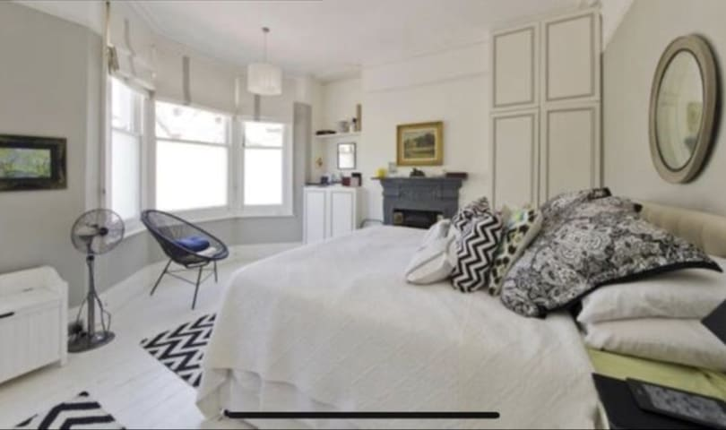 Cosy spacious room Central - West London.