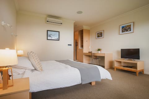 """Chalet Eiger - Luxury Boutique Lodge, Ruapehu Suite """"The facilities of a 5 Star Hotel with the intimacy of a B & B"""""""