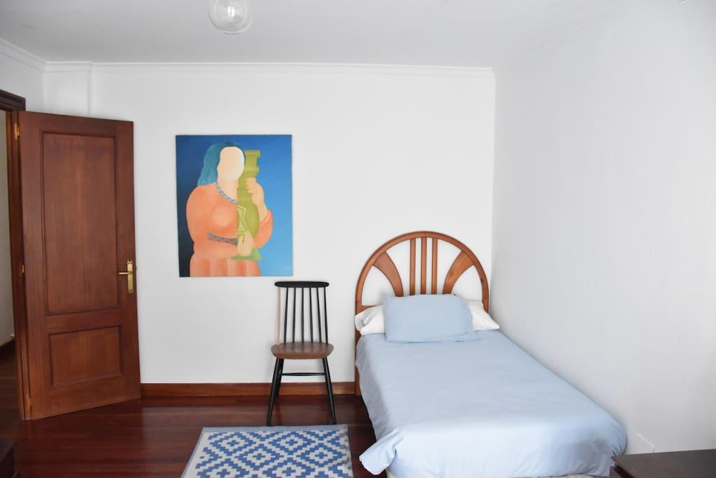 Habitación marinera con cama sencilla