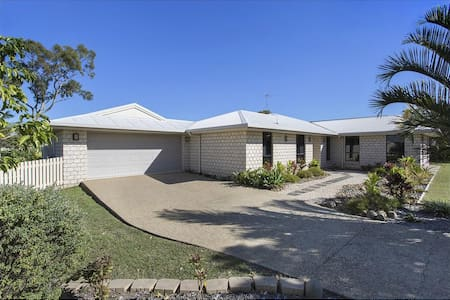 Modern & Just off Highway - 2 Double rooms.