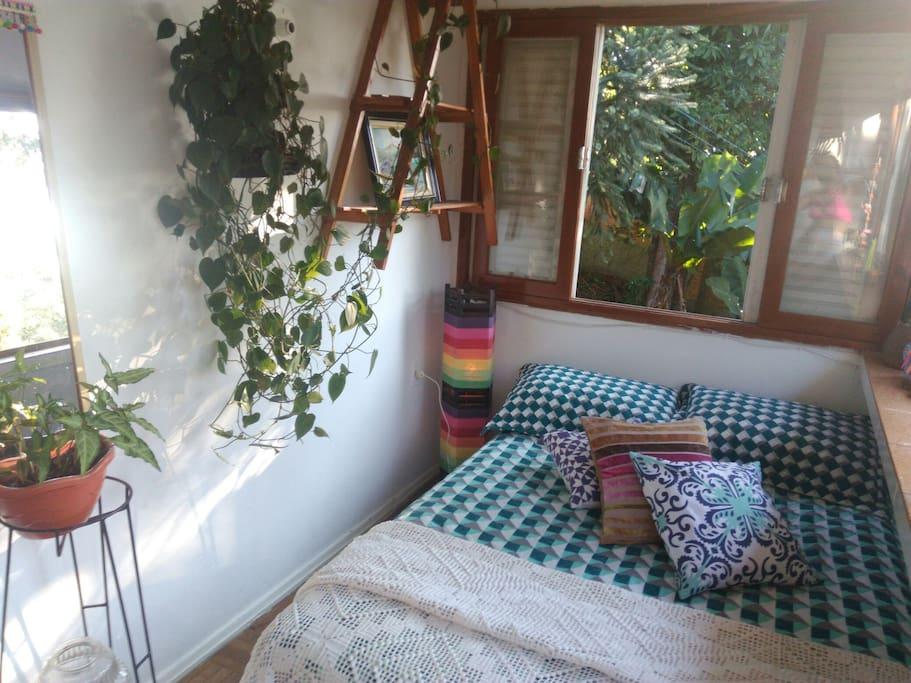 Lindo quartinho encantado da casa, com vista maravilhosa para a natureza, sons naturais de  pássaros, grilos, corujas e arácuans!Plantinhas no quarto e  abajures! Vista para a Lua e para o planeta Vênus as 6:30 da manhã! Enjoy It!