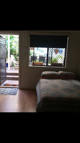 Neat airconned flat ,pool access. - Edgewater - Flat