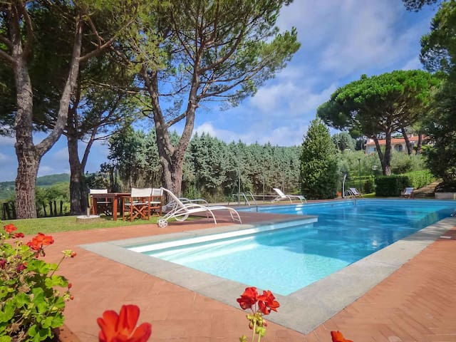 Melograno- Villa with huge pool, tennis & view.