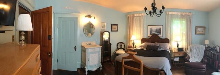 Second St Versailles Room ensuite bath double&twin