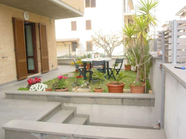 tavolo e sedie in giardino, lato soggiorno