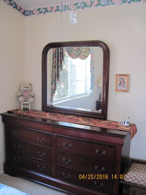 Dresser with 6 drawers and 2 jewelry/watch drawers