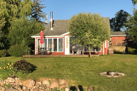 Wonderful Scugog Lake waterfront Cottage