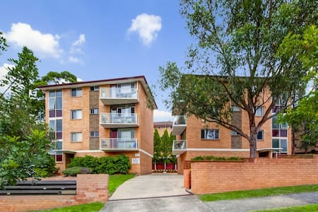 Clean and spacious unit centrally located sleeps 4 - Gladesville