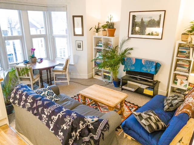 Bright, cosy, refurbished 2 bed flat nr station