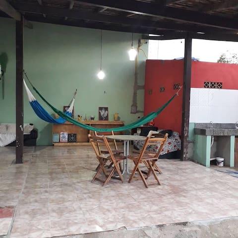 Casa com piscina, mesas, cadeiras, Frizer, AR,