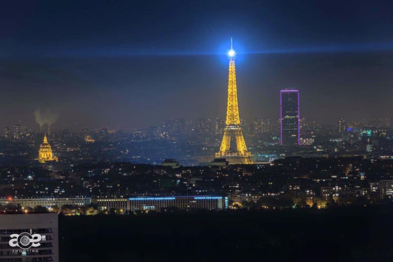 Vue sur la Tour Eiffel de nuit depuis l'appartement
