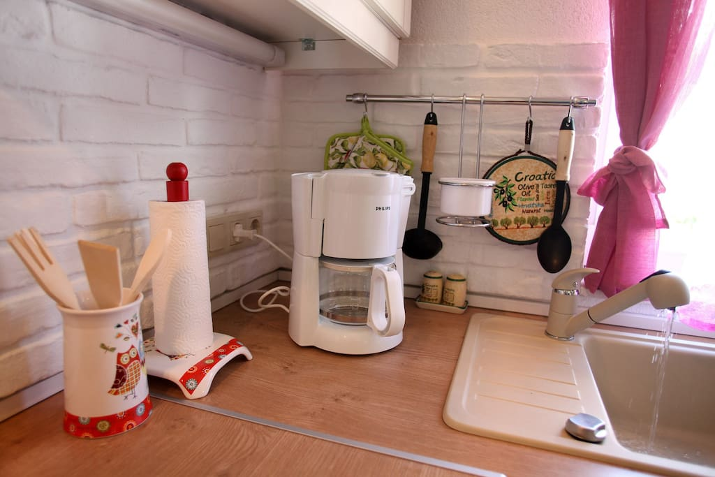 FULLY EQUIPPED BRAND NEW KITCHEN WITH COFFEE MACHINE, TOSTER, WATER HEATER, COOKING UTENSILS
