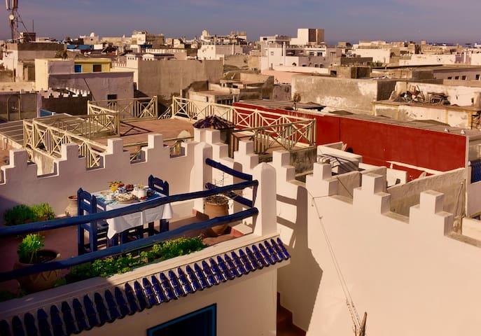 Petit-déjeuner sur la terrasse avec vue imprenable sur la medina