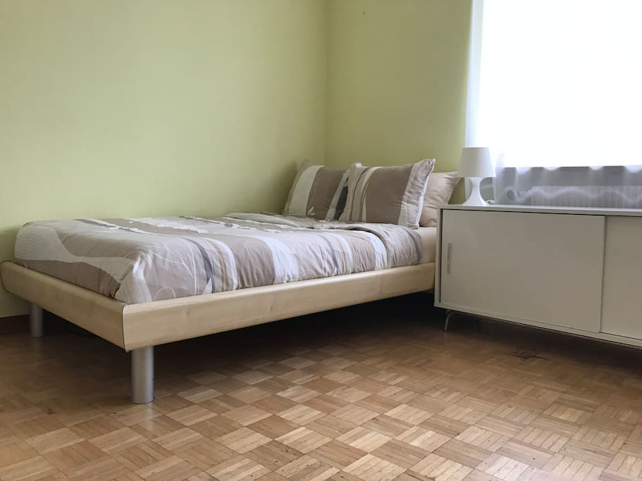 Das Bett ist ideal für 1 Person.Die Mase sind 120cm x 200cm The bed is ideal for 1 Person. The size is 120cm x 200 cm.