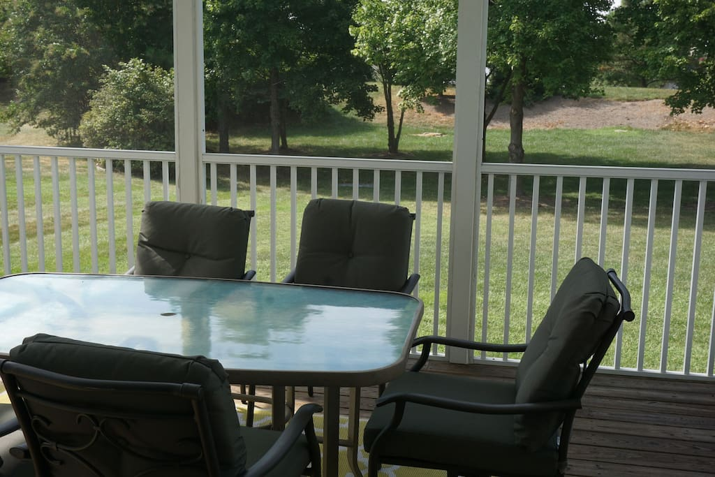 Sliding doors in the dining area lead to a screen porch with comfortable seating