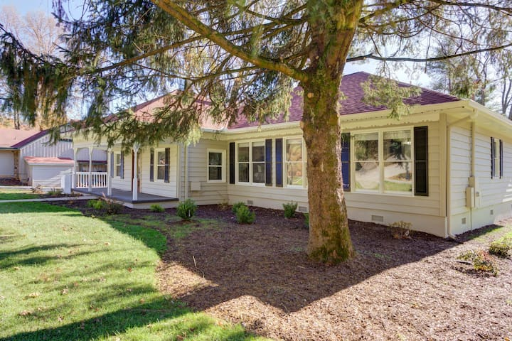 Cozy suite w/ shared deck and yard - short walk to sites & hiking trails!