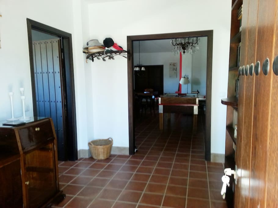 Entrada a la vivienda. A la izquierda la cocina, al frente, el salón, a la derecha un baño y un dormitorio.