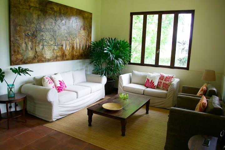 Casa Jacaranda. Cozy cottage, close to airport.