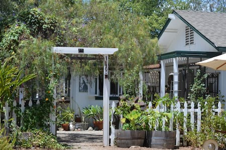 Winterwarm Cottage, a minifarm stay - Fallbrook