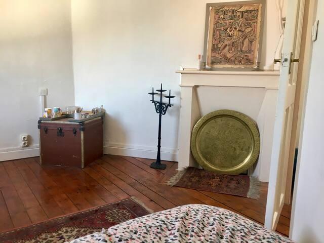 Chambre spacieuse dans charmante maison de ville,