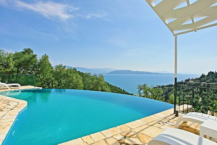 Villa Regina: Above Agni, superb views and pool