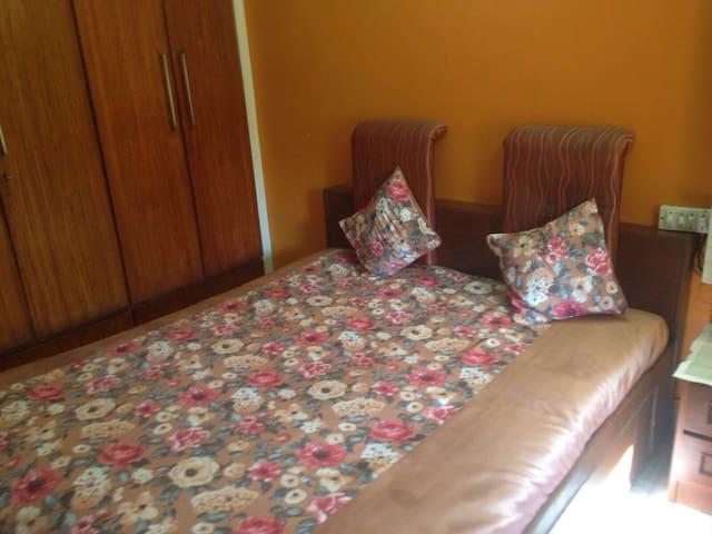 Spacious Ensuite Room in Khar