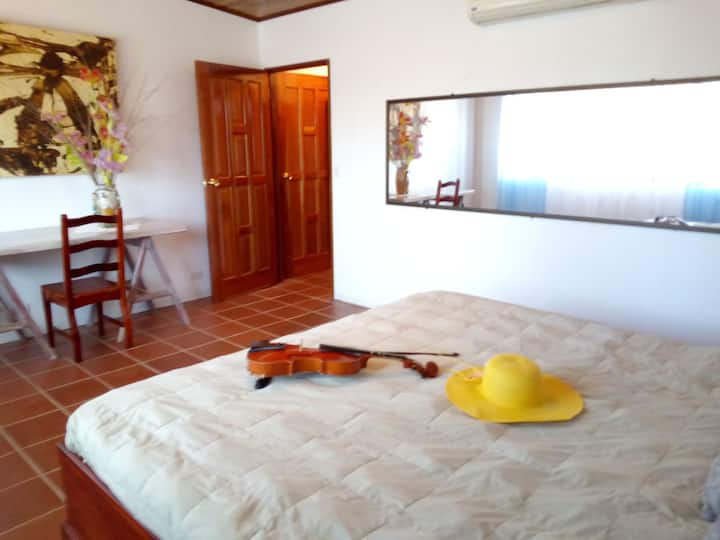 Cuarto colibrí king size bed private bathroom