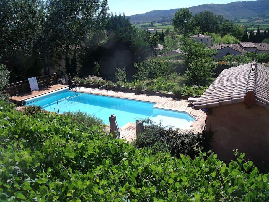 De la piscine, vue sur la belle vallée viticole de Valvignières