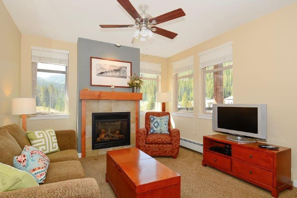Lounge with gas fireplace and flatscreen TV