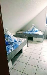 Gut ausgestattetes Zimmer in ruhiger Wohnlage