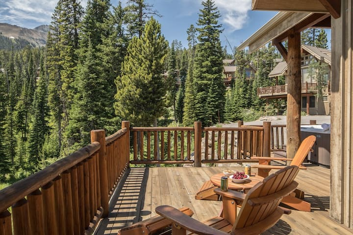 Pristine Mountain Home with convient ski access and private Hot tub