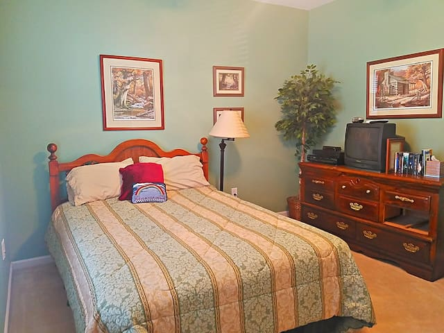 'Home away from home' Queen BR with private bath - Harrisburg - Huis