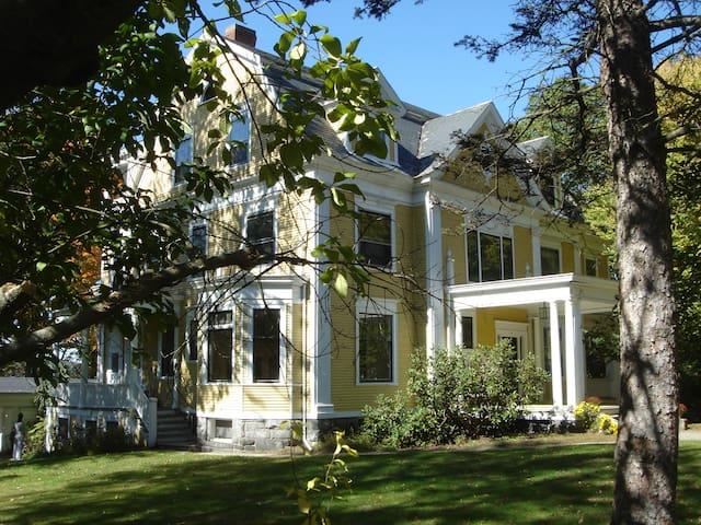 Historic Mansion 3 bedrooms Amherst
