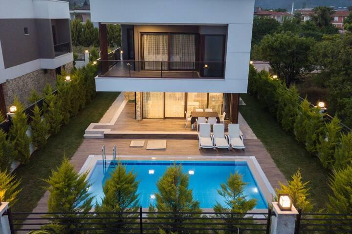 Lüks villa 4+1 özel  havuzlu denize 750m