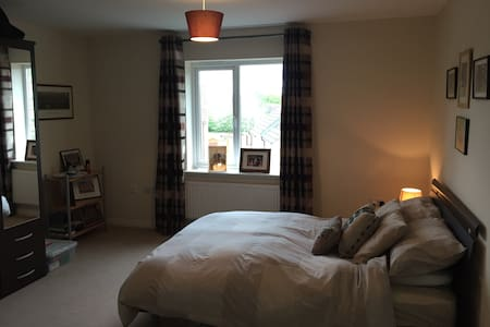 Spacious double en suite room - Devizes