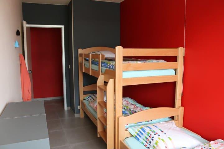 """Chambre """"Moulins"""" : lits superposés et 1 lit simple. Ces lits conviennent aux personnes adultes.  Les lits sont entièrement équipés à votre arrivée : draps, housses de couettes, taies. Ils seront exactement comme sur les photos."""