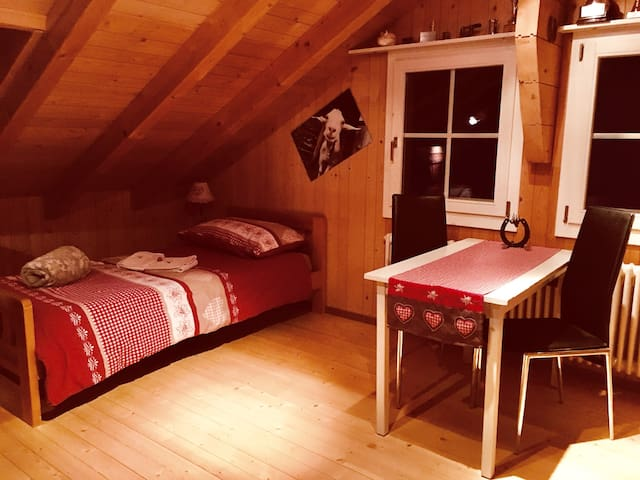 cozy room with two single beds in Chalet in Mürren