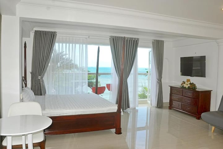 This image represents 2 rooms 101 and 201. with an area of 50 m2, overlooking the sea, has a beautiful small balcony to sit and drink coffee