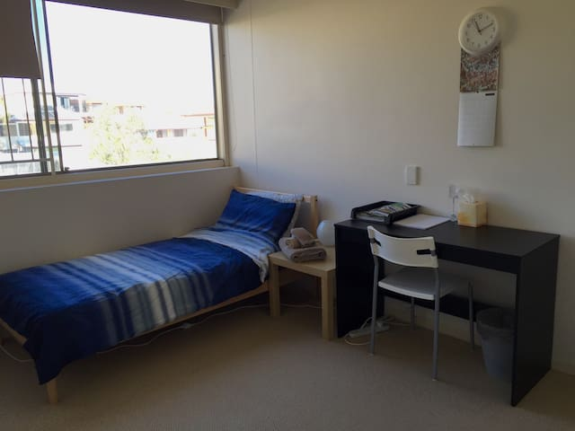 Single spacious room close to city - Coorparoo - Appartement