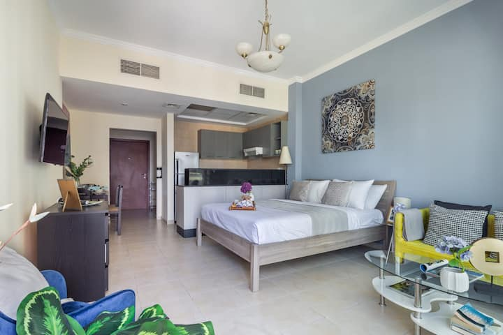 Deluxe & Spacious Studio - close to Dubai Mall!