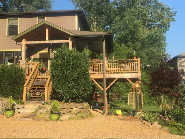 Walkable West Asheville, sleeps 1-4, private entry