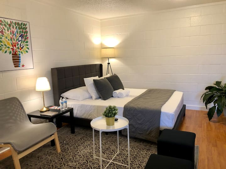 Cozy & Walkable - steps to square/Downtown sights!