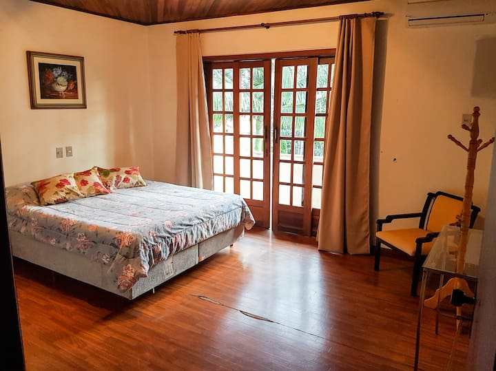 Ensuite room with AC, 2km from Beer Festival