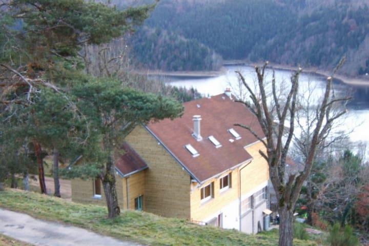 Chambre au calme surplombant le lac de Garabit
