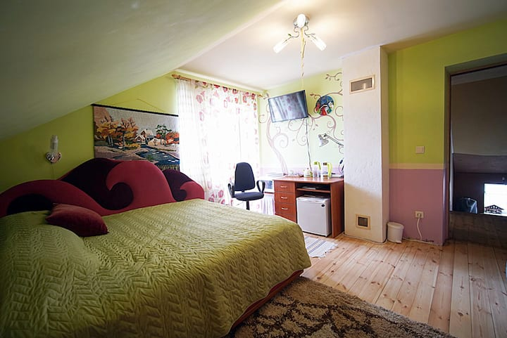 Комната с нарисованным деревом