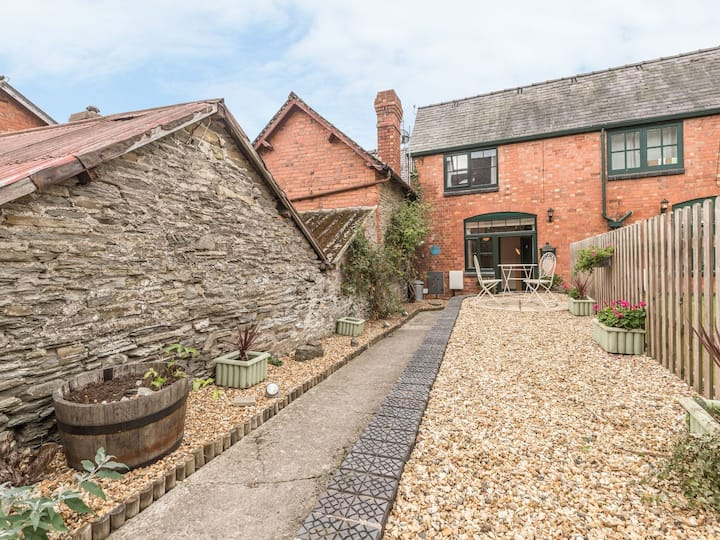 Stable Cottage, Bishops Castle, cosy & modern