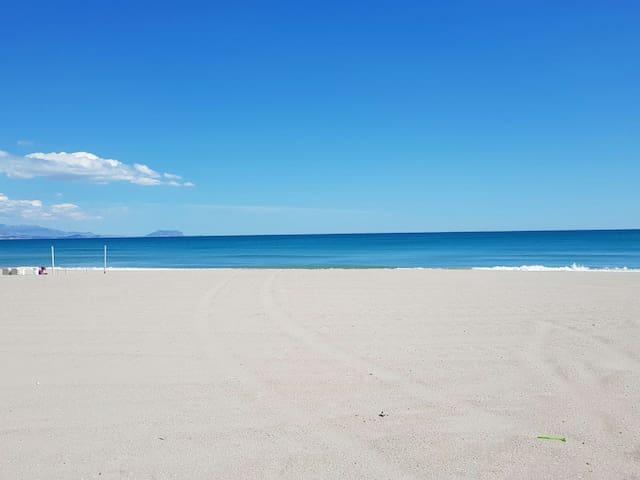 Pocos pasos al mar, fresco y luminoso en Arenales