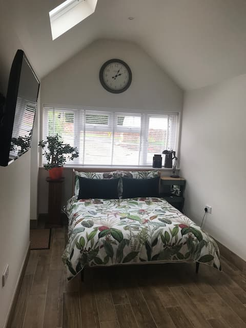 Salisbury City, self contained room with en suite.